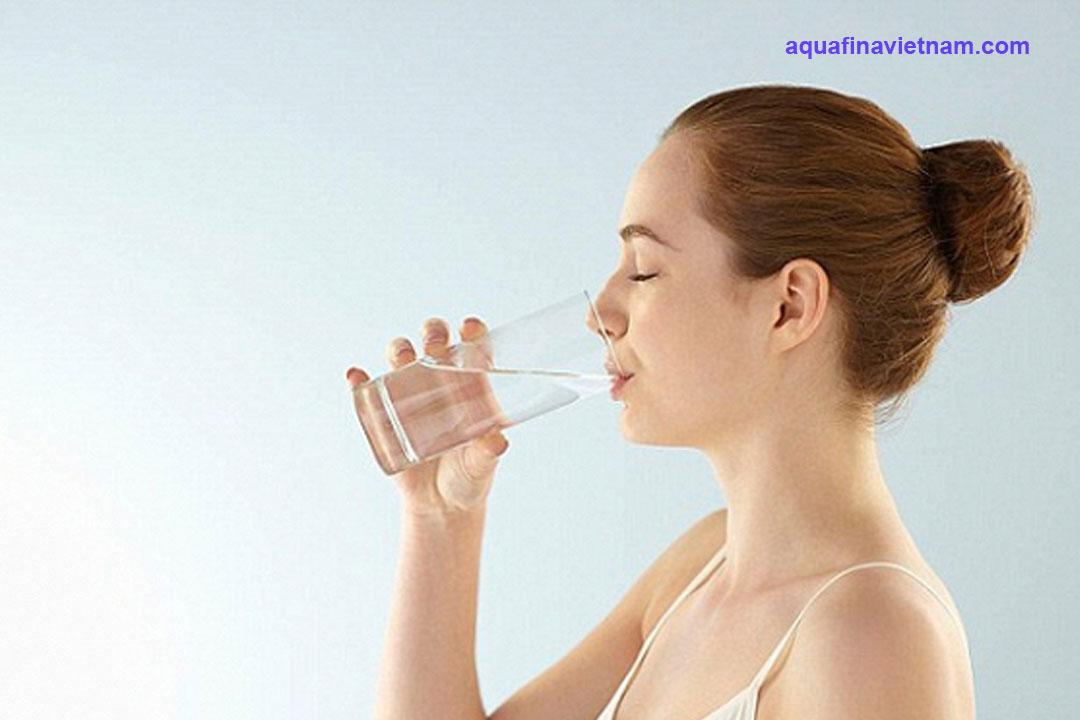 Bệnh nhân Covid-19 nên uống nước như thế nào
