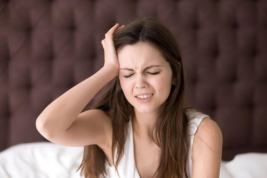 Thức khuya gây đau đầu